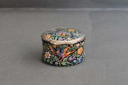 18th century - Oval enamel box decorated with birds, flowers and foliage, 18th century