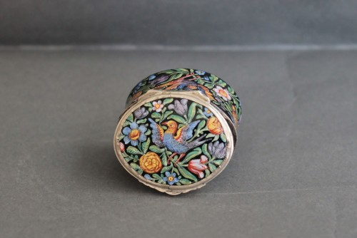 Antiquités - Oval enamel box decorated with birds, flowers and foliage, 18th century