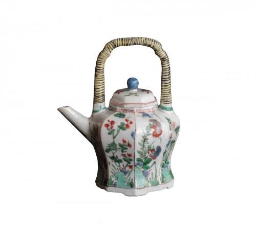 Chinese porcelain teapot, Green Family, Kangxi period, 18th century.