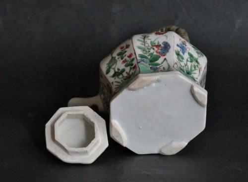 Chinese porcelain teapot, Green Family, Kangxi period, 18th century. - Louis XIV