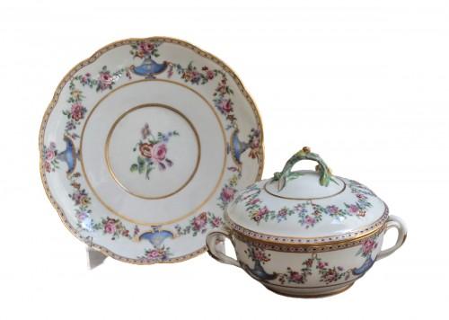Sevres porcelain Ecuelle à bouillon with cassolettes and flowers, 18th century