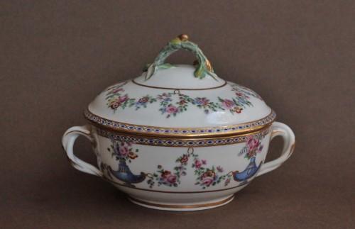 Sevres porcelain Ecuelle à bouillon with cassolettes and flowers, 18th century - Porcelain & Faience Style Louis XV