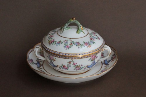 Sevres porcelain Ecuelle à bouillon with cassolettes and flowers, 18th century -