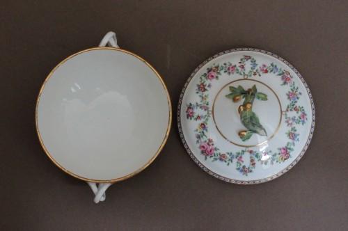 18th century - Sevres porcelain Ecuelle à bouillon with cassolettes and flowers, 18th century