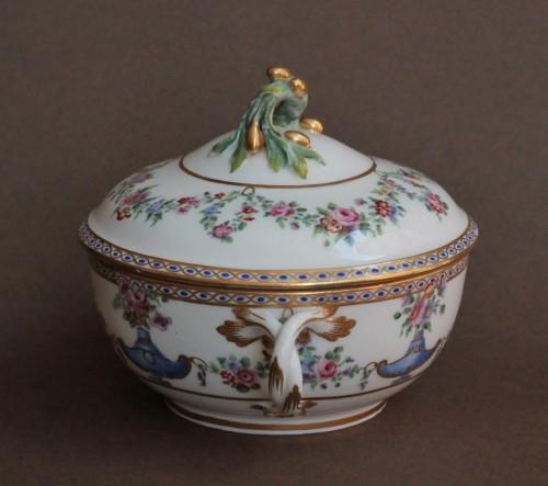 Antiquités - Sevres porcelain Ecuelle à bouillon with cassolettes and flowers, 18th century