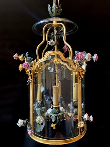 Lantern in gilded bronze and porcelain flowers -