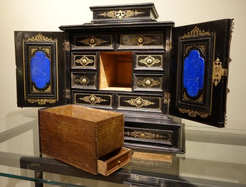 17th century - 17th Century Cabinet in marquetry of ebony,decorated  with lapis-lazuli