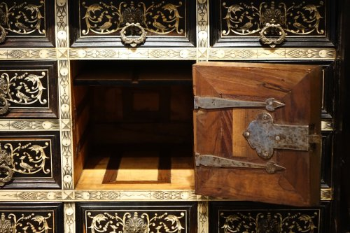 Antiquités - A 17th Century Rosewood Cabinet Augsburg or Venice