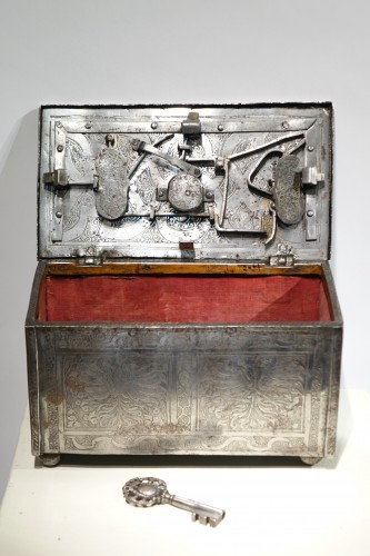 Polished and Engraved Iron Case, Nuremberg 16th Century - Furniture Style Renaissance