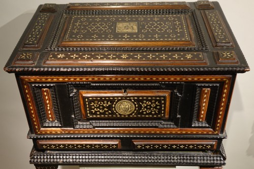 Small chest with flap and baseboard drawer, Venice, late 16th century. - Furniture Style Renaissance