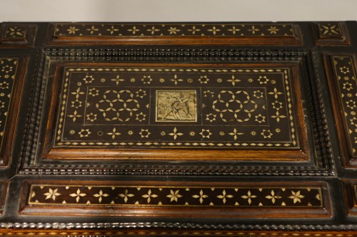 <= 16th century - Small chest with flap and baseboard drawer, Venice, late 16th century.