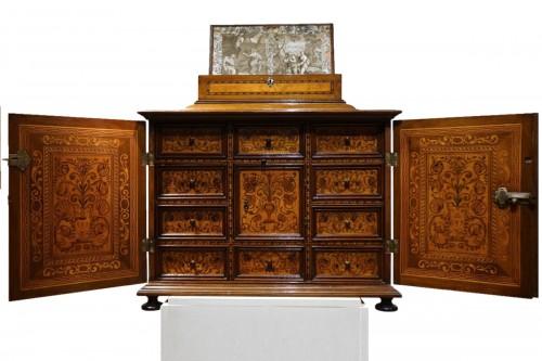 Cabinet en bois fruitier et bois indigènes, Allemagne du sud ou Tyrol, 17e s.