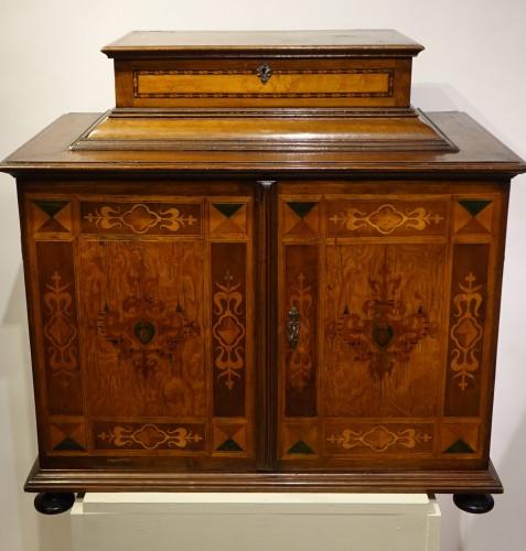 Cabinet en bois fruitier et bois indigènes, Allemagne du sud ou Tyrol, 17e s. - Furniture Style Louis XIII