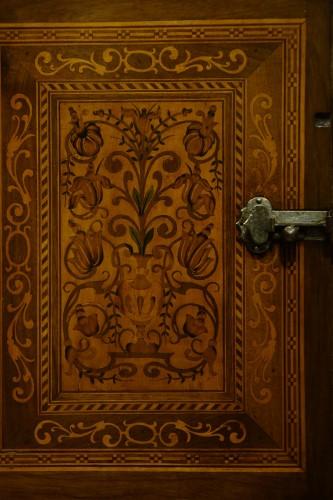17th century - Cabinet en bois fruitier et bois indigènes, Allemagne du sud ou Tyrol, 17e s.