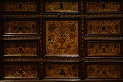 Antiquités - Cabinet en bois fruitier et bois indigènes, Allemagne du sud ou Tyrol, 17e s.