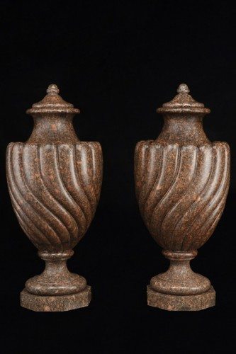 Vases in Egyptian red granite - Decorative Objects Style