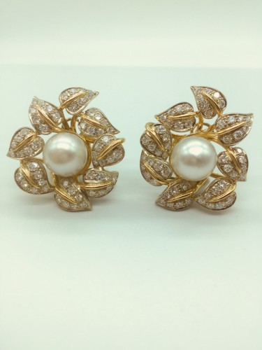 Earrings gold diamonds and pearl . -