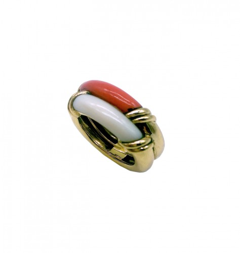 MELLERIO : beautiful ring with coral two colors .