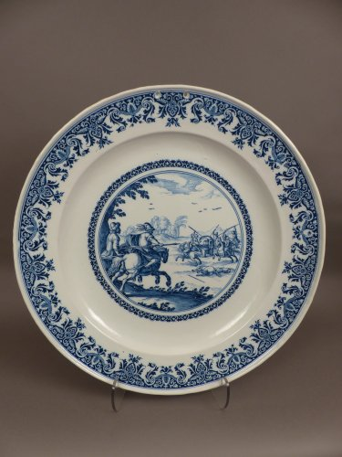 17th century Moustiers platter with hunting scene decor - Porcelain & Faience Style Louis XIV