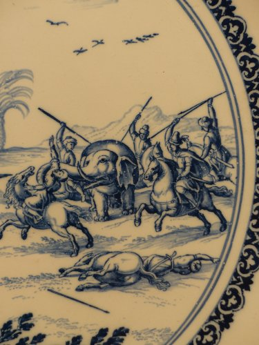 17th century - 17th century Moustiers platter with hunting scene decor