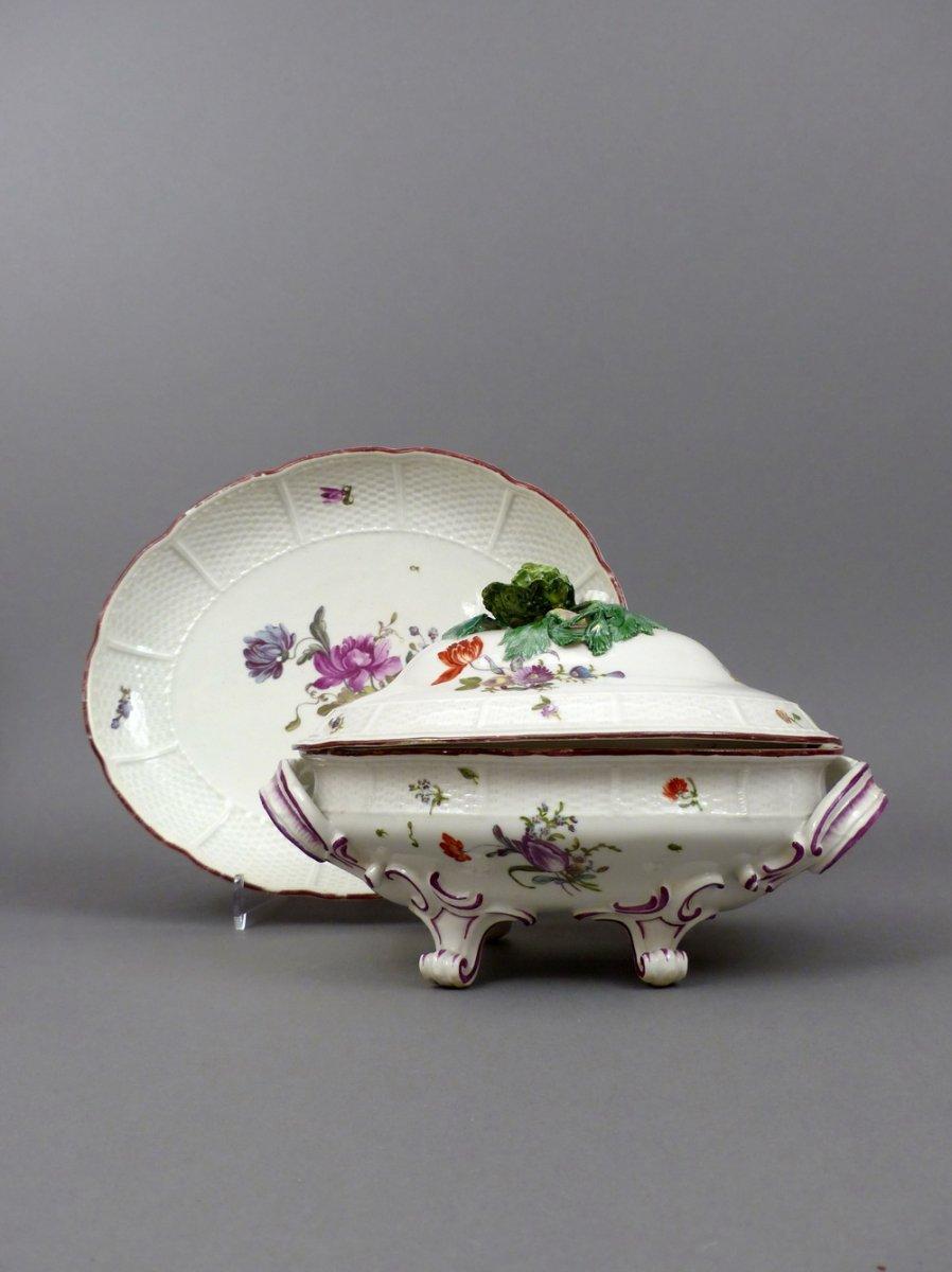 sauci re anses en porcelaine de ludwigsbourg du xviiie si cle. Black Bedroom Furniture Sets. Home Design Ideas