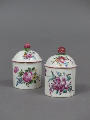 paire de pots fard en porcelaine de mennecy circa 1760 xviiie si cle. Black Bedroom Furniture Sets. Home Design Ideas