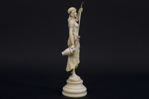Sculpture  - The water bearer - Ivory sculpture, France late 19th century