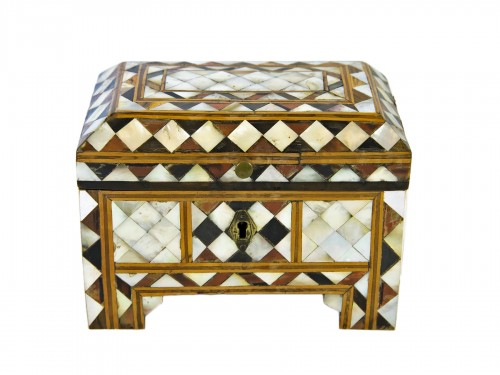 Box in wood and mother of pearl - Turkish work