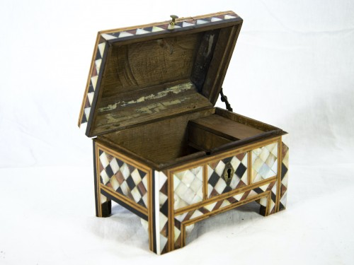 Decorative Objects  - Box in wood and mother of pearl - Turkish work