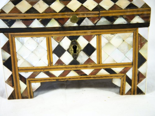 Box in wood and mother of pearl - Turkish work -