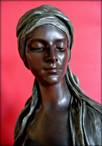 Antiquités - Bust of a young oriental woman signed thiele