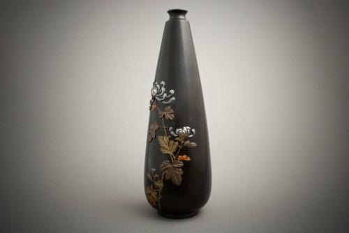 Jutsune – A Japanese chrysanthemums bronze vase - Asian Art & Antiques Style