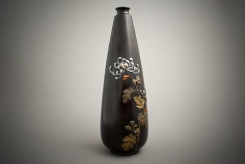 Jutsune – A Japanese chrysanthemums bronze vase -