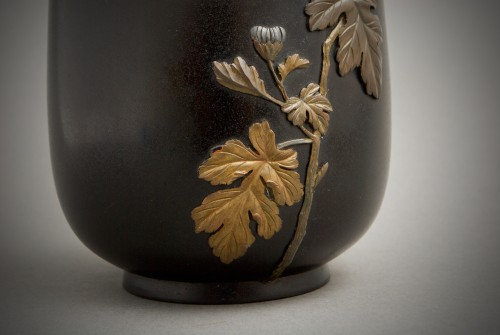 19th century - Jutsune – A Japanese chrysanthemums bronze vase