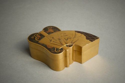 A Japanese lacquered fan shape kogo box -
