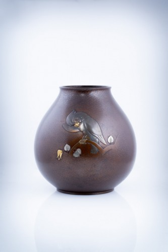 20th century - A Japanese bronze vase of a parrot