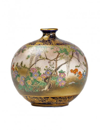 Kinkozan - A Japanese Satsuma globular vase depicting everyday life scene
