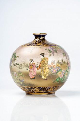 Kinkozan - A Japanese Satsuma globular vase depicting everyday life scene - Asian Works of Art Style