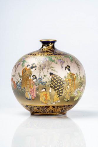 Kinkozan - A Japanese Satsuma globular vase depicting everyday life scene -
