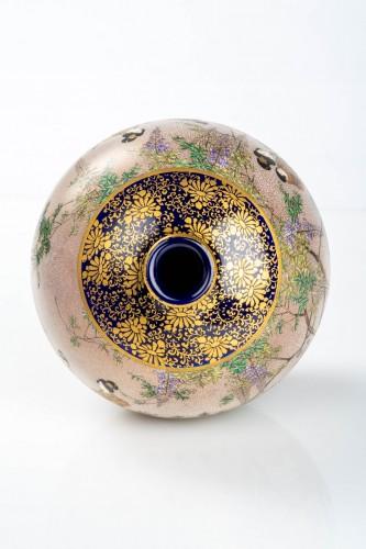 19th century - Kinkozan - A Japanese Satsuma globular vase depicting everyday life scene