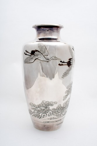 Eiho – A Japanese solid silver vase - Asian Works of Art Style