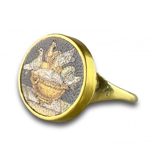 Gold ring set with a micromosaic of the Doves of Pliny. Italian, c.1800. - Antique Jewellery Style