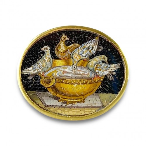 Antiquités - Gold ring set with a micromosaic of the Doves of Pliny. Italian, c.1800.