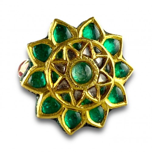 Antiquités - A foiled emerald, paste & enamel ring. Indian, early 20th century.