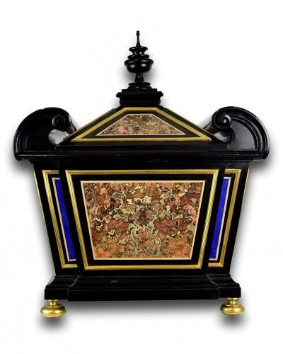 Antiquités - Sicilian jasper & lapis lazuli pietra dura casket. Florence, late 17th cent