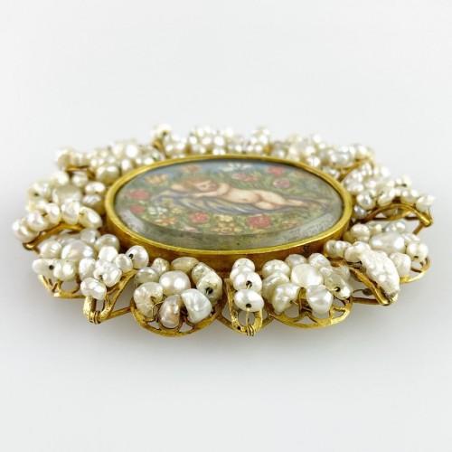 Gold & pearl pendant with sleeping Christ child. Spanish, 18th century. -