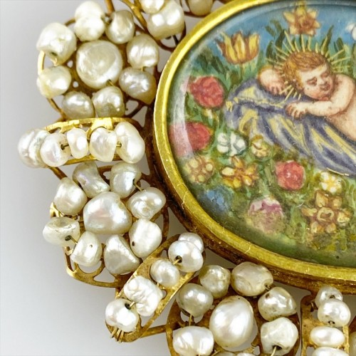 18th century - Gold & pearl pendant with sleeping Christ child. Spanish, 18th century.