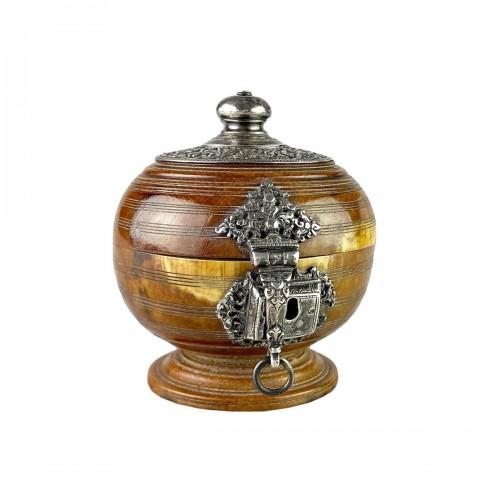 Ivory box with silver mounts. Sri Lanka, 16th / 17th century.
