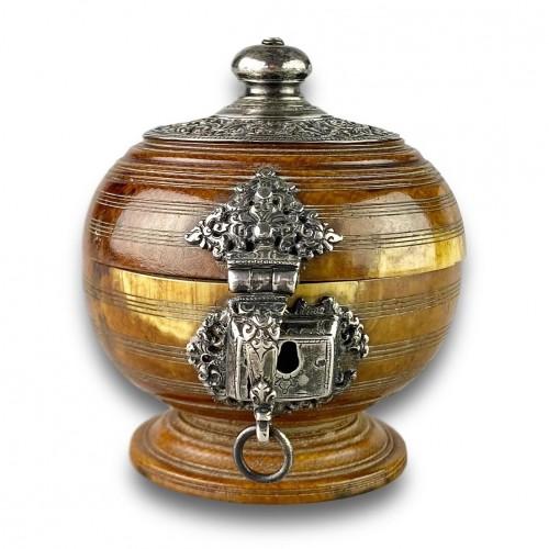 Ivory box with silver mounts. Sri Lanka, 16th / 17th century. -