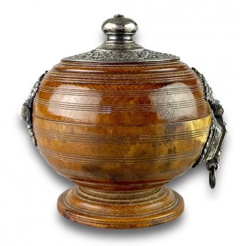 Antiquités - Ivory box with silver mounts. Sri Lanka, 16th / 17th century.